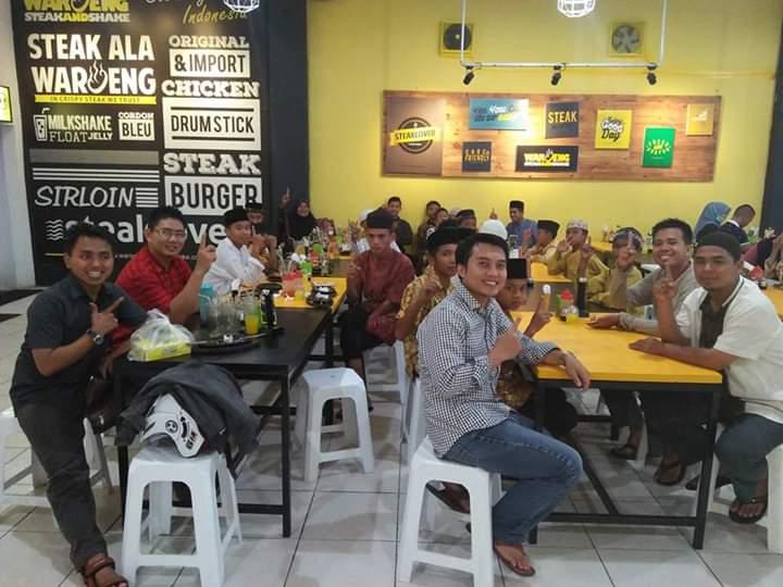Tim Kita Berdaya Berbagi bersama anak mulia di Waroeng Steak Pekanbaru di Hari Sedekah Nasional 27 April 2017